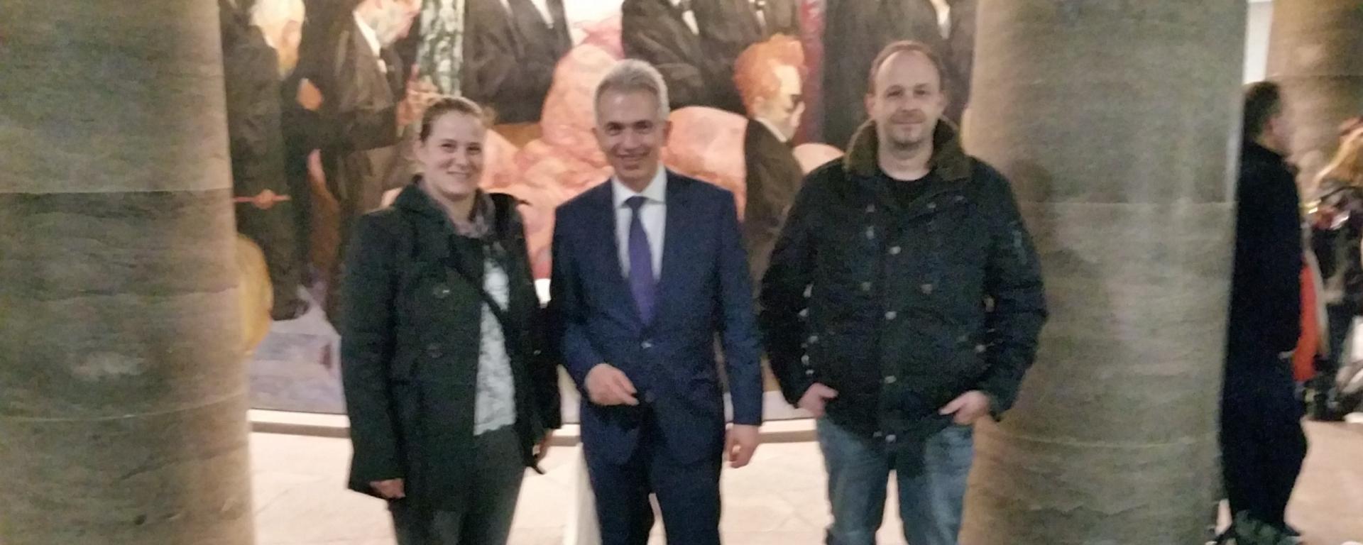 Der Oberbürgermeister (Mitte) eingerahmt von ARV Pflegekräften