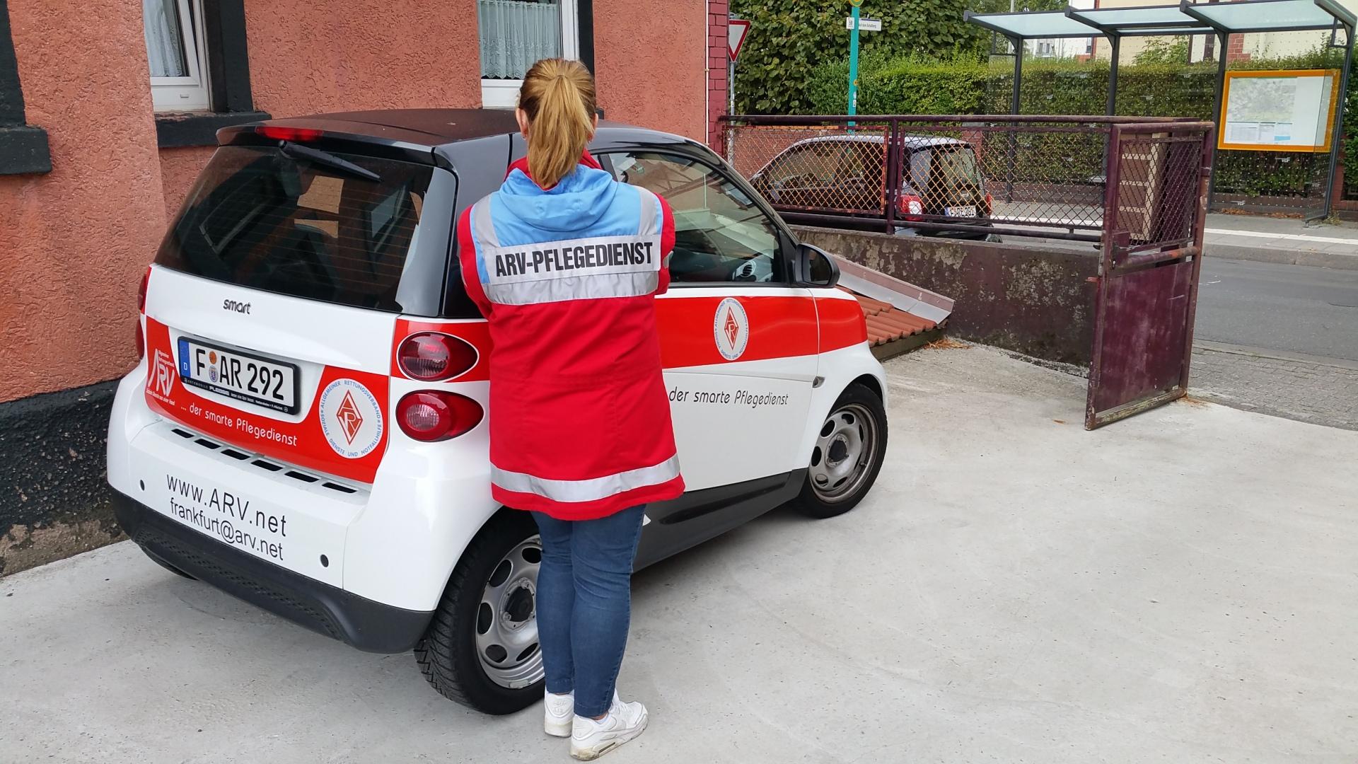 Einheitliche Kennzeichnung: Dienstkleidung und Dienstfahrzeug des ARV Pflegedienstes, FrankfurtEinheitliche Kennzeichnung: Dienstkleidung und Dienstfahrzeug des ARV Pflegedienstes, Frankfurt
